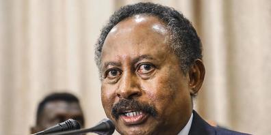 ARCHIV - Der entmachtete sudanesische Regierungschef Abdullah Hamduk während einer Pressekonferenz in Khartum im Jahr 2019. Nach dem Militärputsch ist Hamduk wieder zuhause und wird dort bewacht. Foto: Uncredited/AP/dpa