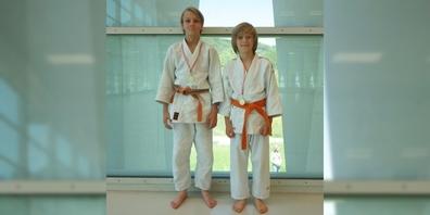 Neil Scherz (l.) und Sören Strobel freuen sich über ihre Goldmedaillen.