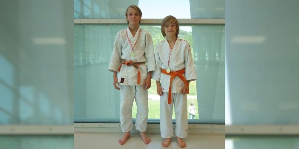 Neil Schwerz (l.) und Sören Strobel freuen sich über ihre Goldmedaillen.