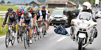 Die Fahrer an der Tour de Suisse werden von Kamerateams auf dem Motorrad begleitet.
