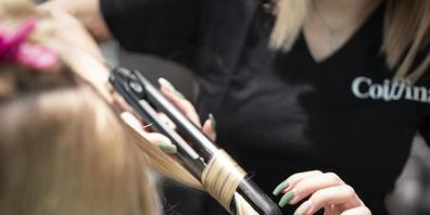 Ohne Kunden keine Praxis: Angehende Hairstylistinnen und -stylisten konnten im vergangenen Jahr teilweise zu wenig praktische Erfahrung sammeln, weil die Coiffeursalons wegen der Coronapandemie vorübergehend schliessen mussten. (Symbolbild)