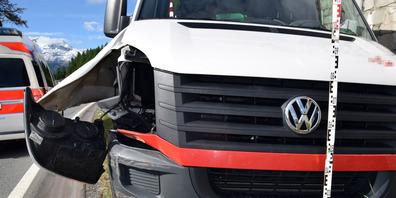 Schäden am Lieferwagen nach der Kollision mit einer Leitplanke und einer Stützmauer.