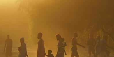 dpatopbilder - Migranten, viele von ihnen aus Haiti, gehen zu einem improvisierten Flüchtlingslager in Ciudad Acuña. Die USA fliegen Haitianer, die in einer texanischen Grenzstadt kampieren, zurück in ihr Heimatland und hindern andere am Grenzüber...