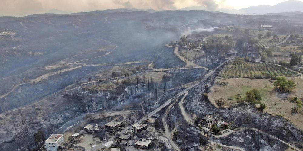 dpatopbilder - Eine Luftaufnahme zeigt zerstörte Häuser in einem Dorf nach einem Waldbrand. Im Zuge der Brände an der türkischen Mittelmeerküste und in weiteren Regionen sind mehrere Menschen gestorben. Foto: Suat Metin/IHA/AP/dpa