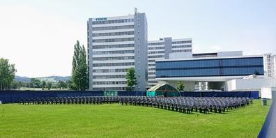Bestuhlung und Eingangszelt stehen bereits - dies vor der imposanten Kulisse mit BÜHLER Hochhäusern und CUBIC Innovation Campus.