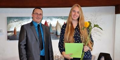 Anina Ruch (r,) durfte von Andreja Slavik die «Champions»-Auszeichnung sowie einen finanziellen Zustupf entgegennehmen.