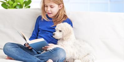Lesehunde haben eine beruhigende Wirkung auf das vorlesende Kind.