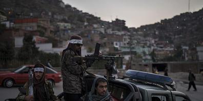 Kämpfer der Taliban sitzen auf der Ladefläche eines Pickups in Kabul. Foto: Felipe Dana/AP/dpa