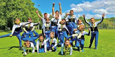 Die Turnwerk-Boys freuen sich mit dem Trainerstab über die guten Resultate in Schaffhausen.