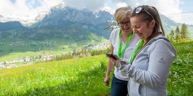 Zeit, die Aussicht auf die Toggenburger Bergwelt zu geniessen, bleibt kaum. Die «Verfolger» des Fuchses sind geradezu vertieft in die kniffligen Aufgaben.