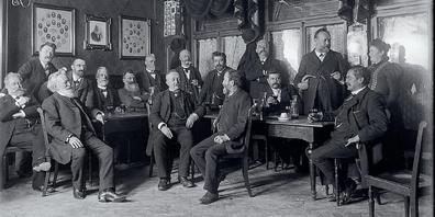 Der Verein offenbarte sich als Plattform des wissenschaftlichen Austausches, aber auch als Bühne für persönliche Profilierung und soziale Abgrenzung. Er war das Medium, in dem sich bürgerliche Lebensstile, Rara Kantonsbibliothek Vadiana VSRG 73442Werte und Normen verfestigten. Im Gruppenporträt des Vereins «Donnerstagia» zeigen sich die Männer von Welt. Foto von Otto Rietmann zwischen 1897 und 1905