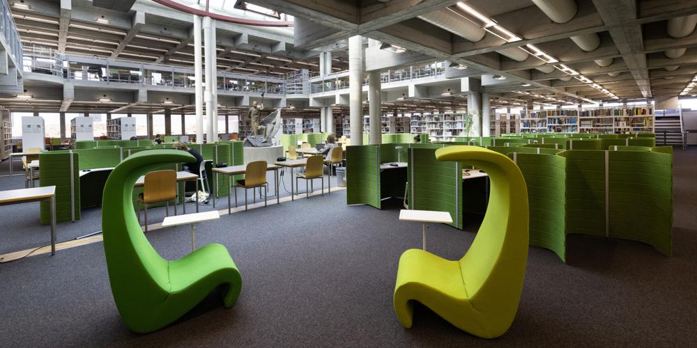 Blick ins frisch sanierte Bibliotheksgebäude.
