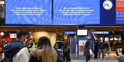 Ein Teil der Bildschirme, die die Züge, Gleise und Abfahrtszeiten anzeigen sollten, waren am Mittwochmorgen wegen einer IT-Störung bei den SBB ausser Betrieb. (Archivbild)