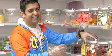 Seit über sieben Jahren führt Jan Arab den Laden Sweet Schaffhausen in der Unterstadt. Lange kämpfte er, überhaupt mit dem Laden durchzukommen. Dank zwei Tiktok-Videos, die sich viral verbreiteten, erfreut er sich aktuell an Kundschaft aus der ganzen Schweiz.