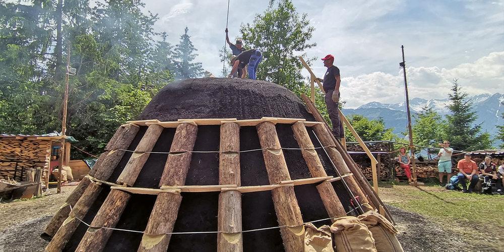 Ziel ist es, mit der Köhlerei die Ressourcen vor der Haustüre zu nutzen.