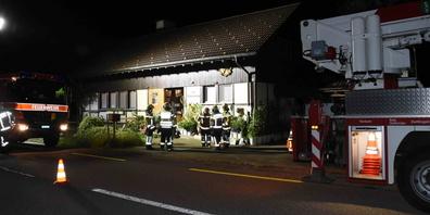Zwei Personen wurden mit leichten Verletzungen vom Rettungsdienst ins Spital gebracht.