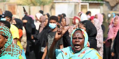 Eine Demonstrantin zeigt das Siegeszeichen, während Tausende auf der Straße gegen die Machtübernahme durch das Militär demonstrieren. Laut Angaben aus Diplomatenkreisen will sich der UN-Sicherheitsrat am Dienstag in einer Dringlichkeitssitzung mit...