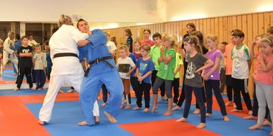 Ju-Jitsu ist eine von den japanischen Samurai stammende Kampfkunst der waffenlosen Selbstverteidigung.