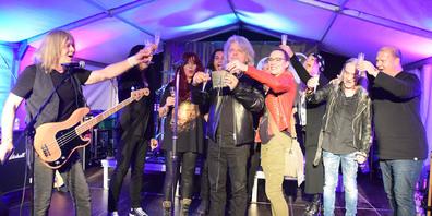 """Die Taufe des neuen Albums """"They never come back"""": Allison mit Unterstützern und Taufgötti Fredy Steady und Taufgotte Eva Schuler (m.)"""
