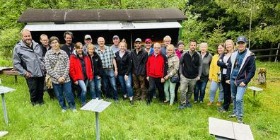 Immer wieder lehrreiche Stationen: Die Kursteilnehmenden des Imker-Grundkurses March/Höfe anlässlich einer Exkursion zur Belegstation «Züribur» oberhalb Galgenen.