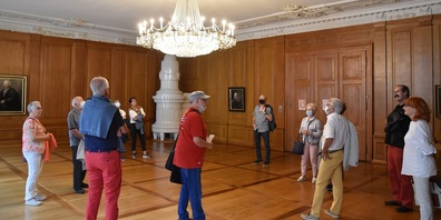 Eine der drei Gruppen im grossen Saal des Rathauses Winterthur mit der Stukkaturdecke und dem imposanten Leuchter.