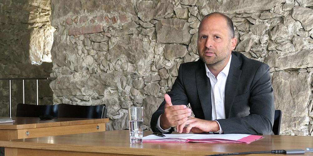 Vorarlbergs Landesrat Marco Tittler bei der Pressekonferenz anlässlich der Übergabe des Agglomerationsprogramms im Torkel Romenschwanden ob St.Margrethen