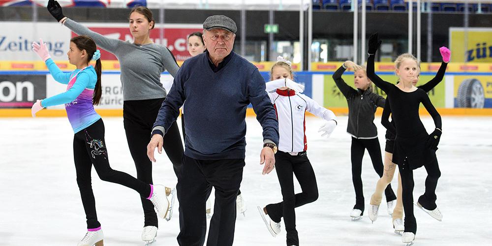 Ruhig und mit viel Humor trainierte  Alexei Mishin Eisläuferinnen  in Rapperswil-Jona.