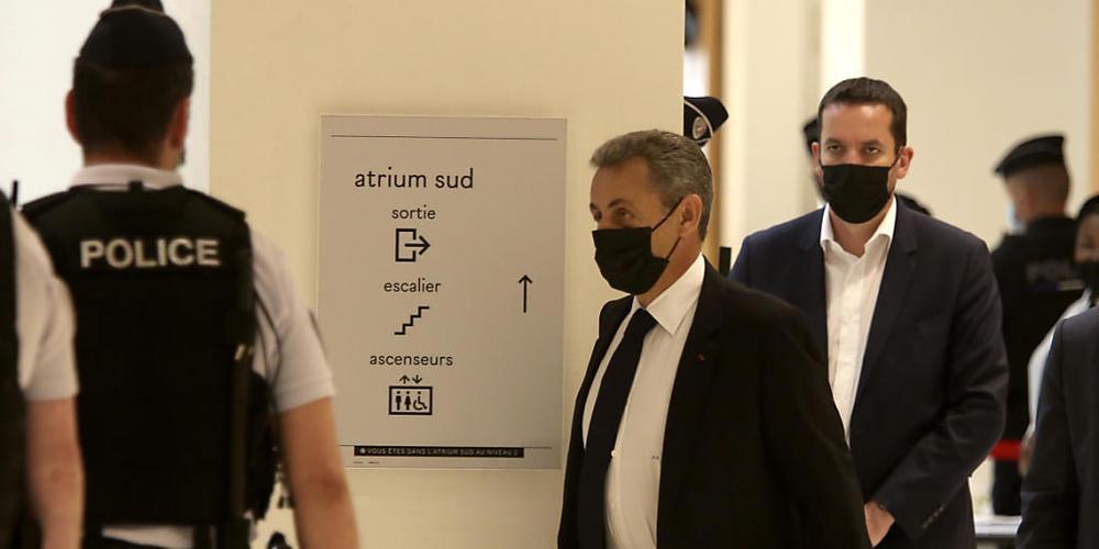 Frankreichs ehemaliger Präsident Nicolas Sarkozy (M) kommt in einem Pariser Gerichtsgebäude an. Es ist die Fortsetzung der Verhandlungen im Prozess gegen den früheren Präsidenten wegen mutmaßlich illegaler Wahlkampf-Finanzierung im Jahr 2012. Foto...