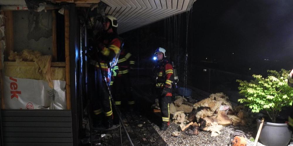 Das Feuer brach im Bereich eines Cheminées aus, die Brandursache wird durch die Kantonspolizei Schwyz untersucht.