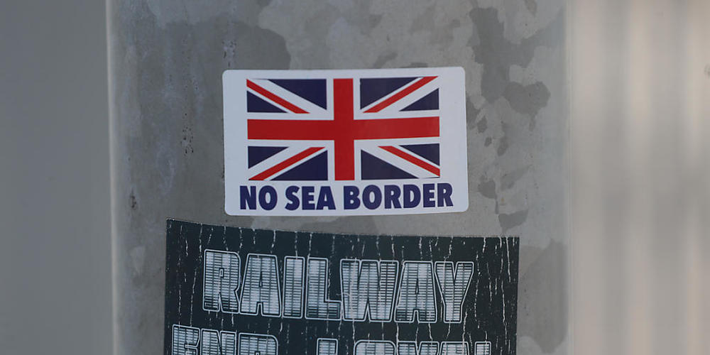 Ein Protestaufkleber mit der Aufschrift «No Sea Border» klebt auf einem Laternenpfahl. Im Streit um die Brexit-Sonderregeln für Nordirland hat die EU-Kommissionspräsidentin von der Leyen dem britischen Premierminister Boris Johnson eine deutliche ...