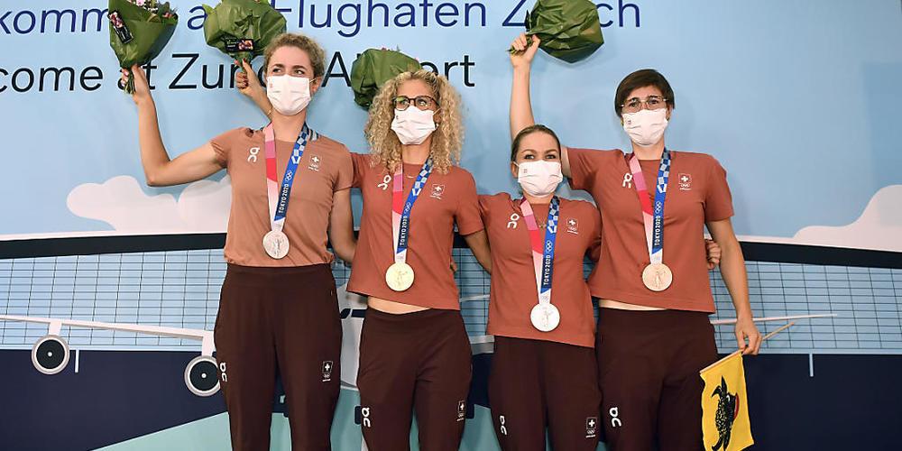 Medaillen-Quartett wieder in der Schweiz: Marlen Reusser, Jolanda Neff, Sina Frei und Linda Indergand (von links)
