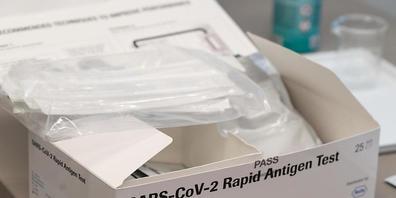 Der Pharmakonzern Roche profitiert weiter von der starken Nachfrage nach Covid-19-Tests. (Archivbild)