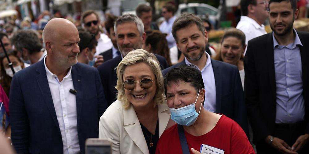 Die Parteivorsitzenden der Rassemblement National Marine Le Pen (M) posiert bei einer Wahlkampfveranstaltung für ein Foto. Bei den anstehenden Regionalwahlen könnte die Partei Rassemblement National in einer der französische Regierungsbezirke die ...