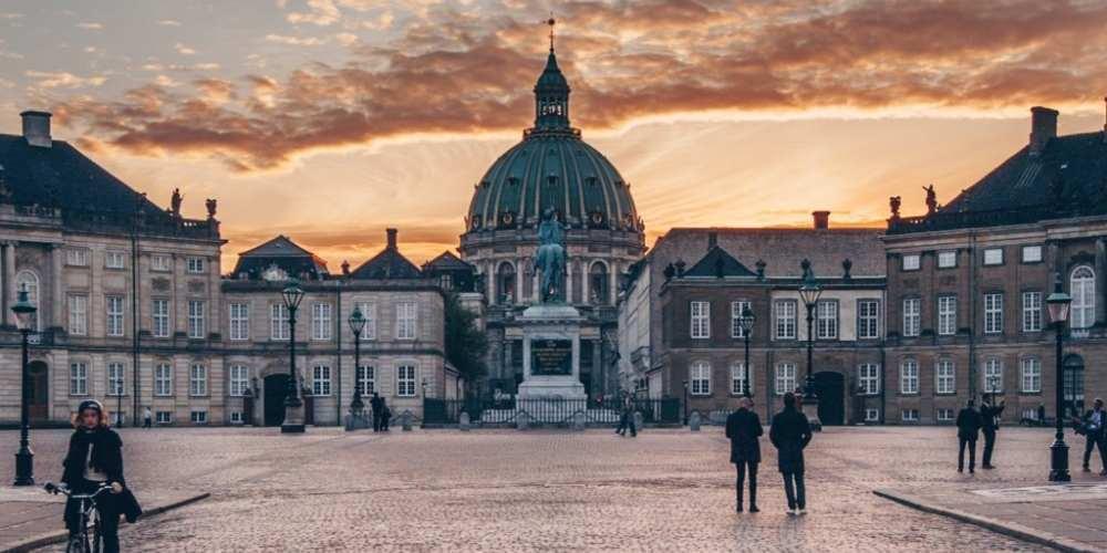 Die dänische Hauptstadt ist definitiv ein attraktives Reiseziel mit zahlreichen Sehenswürdigkeiten wie das Schloss Amalienborg.