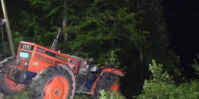 Nach dem Unfall, bei dem sich der Lenker schwer verletzte, musste der Traktor durch den Abschleppdienst geborgen werden.