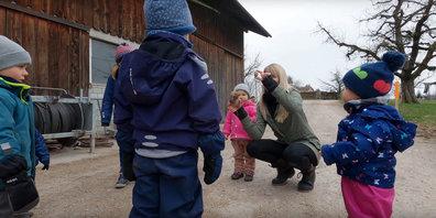 Auf der Biohof-Kita in der Gemeinde Gossau ZH sollen Kinder Natur und Tiere hautnah erleben.