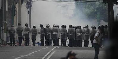 Aufgebrachte Veteranen haben bei einer Demonstration vor dem Kongress in Guatemala-Stadt randaliert. Foto: Moises Castillo/AP/dpa