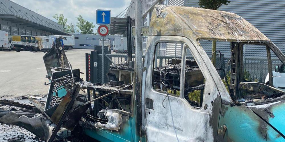 Der Imbisswagen brannte vollständig aus.
