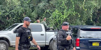 """Auf diesem vom North Port Police Department zur Verfügung gestellten Bild suchen Polizisten im weitläufigen Carlton Reserve in Sarasota, Florida, nach Brian Laundrie. Laundrie wird im Zusammenhang mit dem Verschwinden seiner Freundin, Gabrielle """"G..."""
