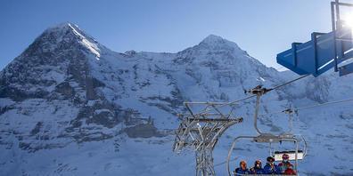 Die Schweizer Wintersportorte dürften in der neuen Skisaison von einer regen Nachfrage aus dem Inland profitieren. Die Konjunkturforschungsstelle KOF rechnet für den Tourismus hierzulande mit einer weiteren langsamen Erholung.(Archivbild)