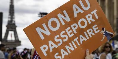 Trotz Protesten auf der Strasse hat das französische Parlament der Ausweitung der Pflicht zum Gesundheitspass zugestimmt.