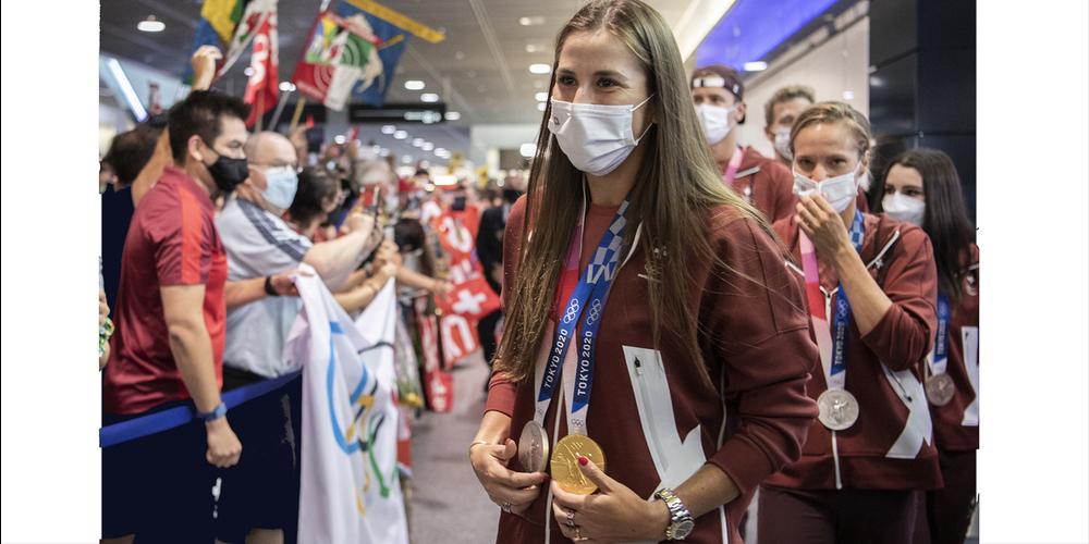 Belinda Bencic lässt sich bei ihrer Ankunft am Flughafen Zürich feiern.
