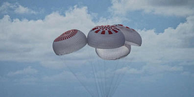 Eine SpaceX-Kapsel mit vier Personen an Bord geht vor der Küste Floridas mit Fallschirmen in den Atlantik nieder. Foto: Uncredited/SpaceX via AP/dpa - ACHTUNG: Nur zur redaktionellen Verwendung und nur mit vollständiger Nennung des vorstehenden Cr...