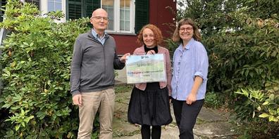 Heimleiter Thomas Seemann nimmt von den beiden SP-Co-Präsidentinnen (im Bild v.l.) Mirta Sauer und Ronja Stahl die Spende entgegen.