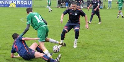 Der FC Staad (in den dunklen Trikots) will die Tabellenführung im Derby gegen Rheineck verteidigen