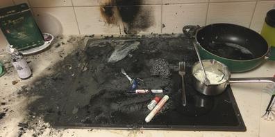 Der Brand wurde von der Bewohnerin entdeckt und notdürftig gelöscht.
