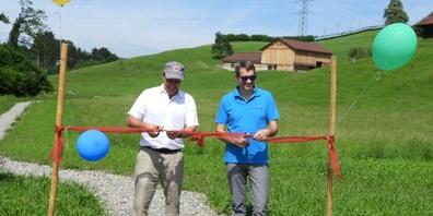 Gemeindepräsident Peter Hüppi (r.) und der CEO der JMS-Gruppe Martin Jud schnitten das rote Band vom neuen Rundweg in Gommiswald durch.