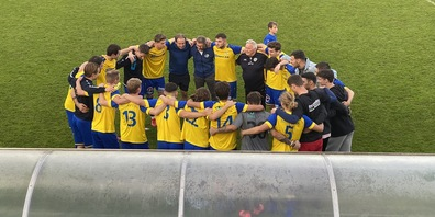 Spieler und Staff des FC Au-Berneck feiern im St.Galler Gründenmoos den ersten Saisonsieg
