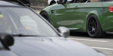 Sportwagen auf einem Parkplatz. (Symbolbild)