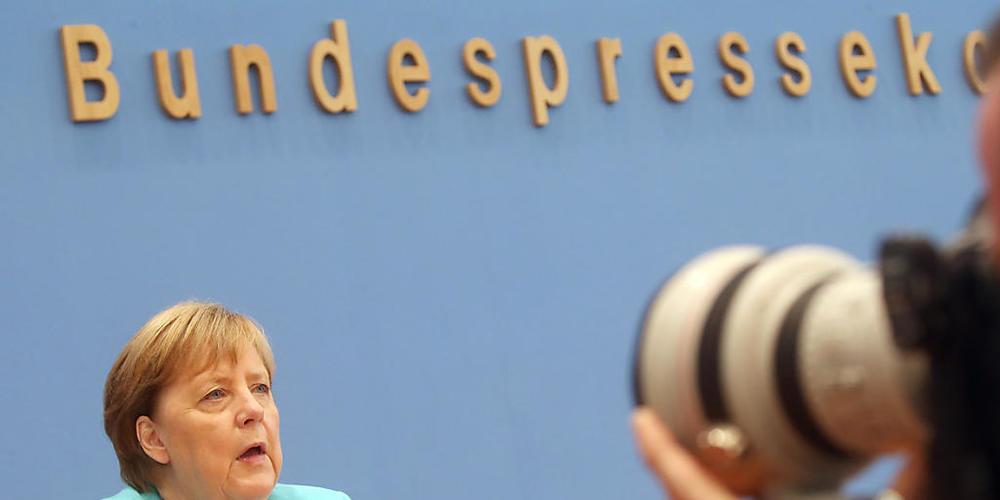 Bundeskanzlerin Angela Merkel (CDU) sitzt in der Bundespressekonferenz und stellt sich den Fragen der Hauptstadt-Journalisten. Sie sagte am Donnerstag, es sei noch nicht gelungen, für die EU eine gemeinsame Asylpolitik festzulegen. Dies sei eine s...